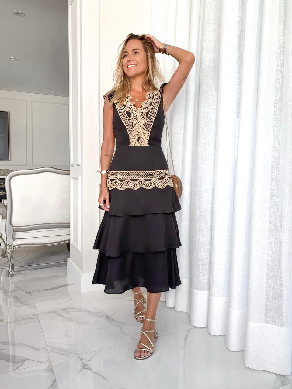 Vestido Milalai em Crepe com Camadas na Saia e Rendas
