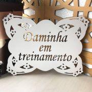 Ref. 010 - Mini Placa 20cm Daminha em Treinamento MDF BRANCO