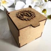 Ref. 012 - Caixa Personalizada MDF Cru 10x10x10 com Brasão de 7cm