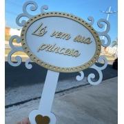 """Ref. 019 - Placa MDF Branco com Dourado """"Lá vem sua princesa"""" 35cm"""