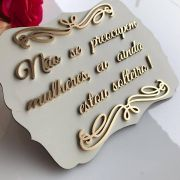 """Ref. 022 - Placa MDF Branco com Dourado """"Não se Preocupem mulheres..."""" MDF BRANCO 35cm"""