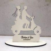 Ref. 024 - Topo de Bolo MDF Branco Noivos Casamento 15cm Moto