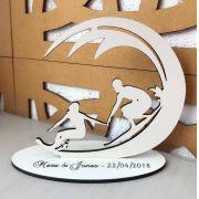 Ref. 033 - Topo de Bolo MDF Branco Noivos 15cm Casamento Surf Litoral Mar