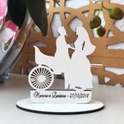 Ref. 056 - Topo de Bolo MDF Branco Carroça Noivos Casamento 15cm