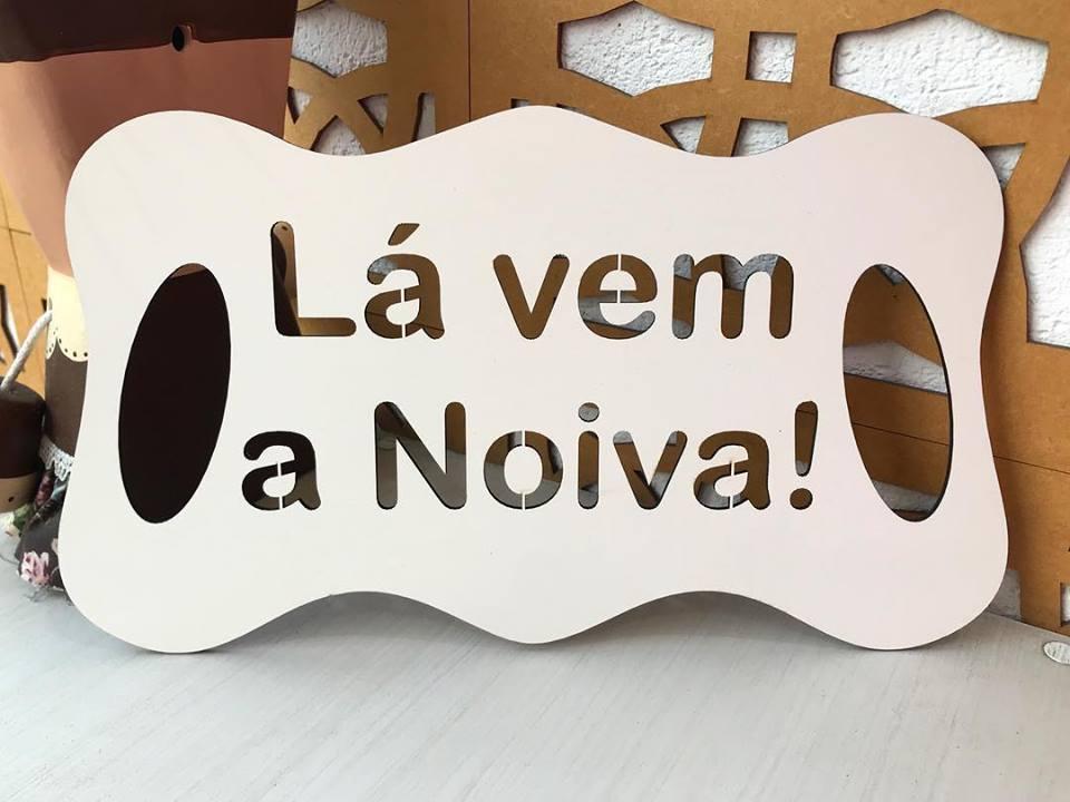 Ref. 002 - Placa Lá vem a Noiva para Daminha MDF BRANCO 35cm