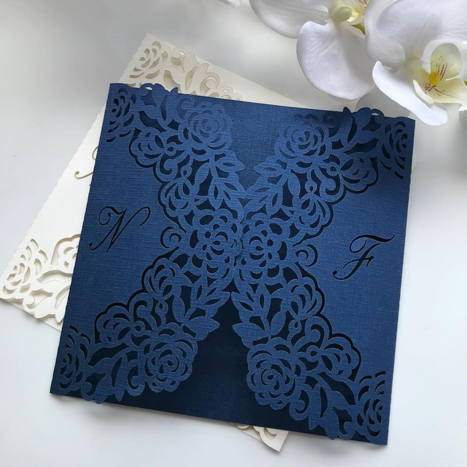 Ref. 006 - Envelope para Convite Casamento 18x18cm Corte a Laser Iniciais Noivos Papel Color Plus 180g