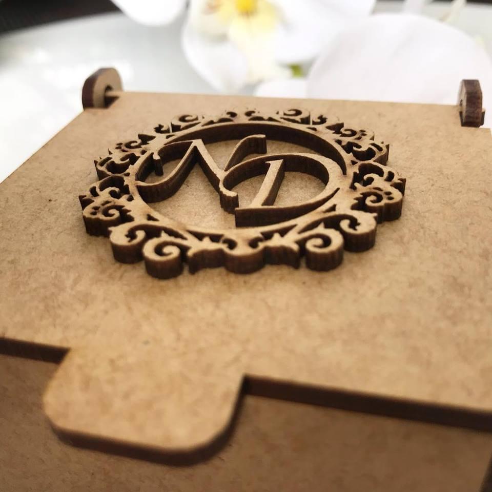Ref. 007 - Caixa Personalizada MDF Cru 7x7x7cm com Brasão de 5cm