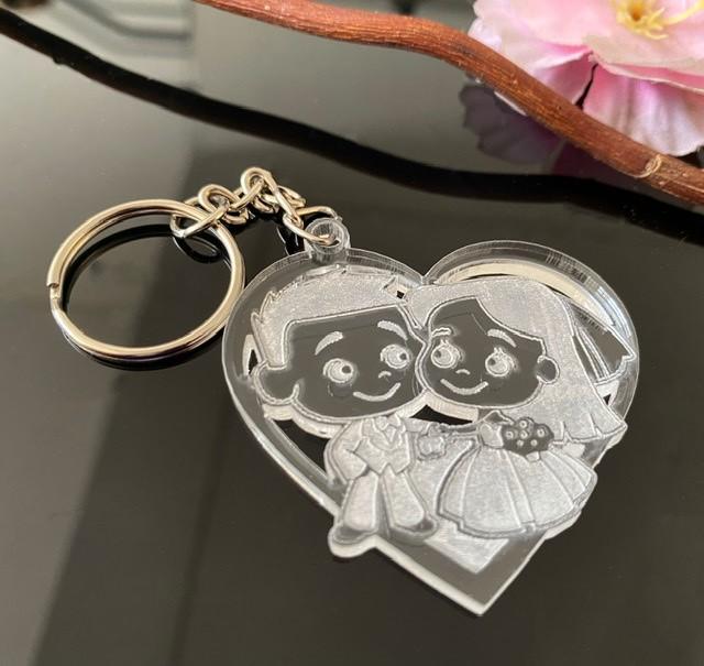 Ref. 008 - Chaveiros Casamento Personalizados Acrílico Cristal Noivinhos no coração
