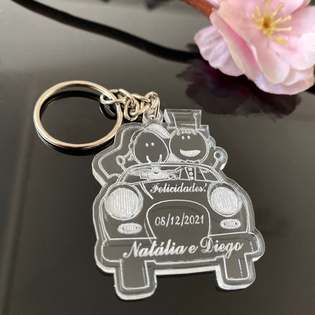 Ref. 015 -  Chaveiros Casamento Personalizados Acrílico Cristal Noivos no carro
