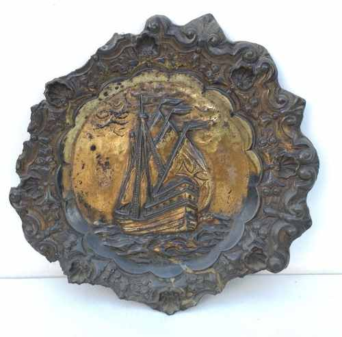 Antigo Prato Medalhão Em Metal Representando Caravela