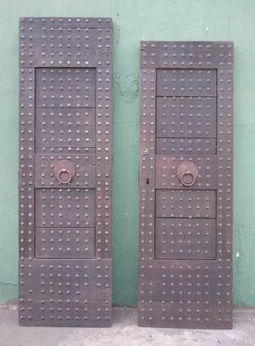 Antigo Par De Portas Em Madeira Aldrava Ferro Fundido