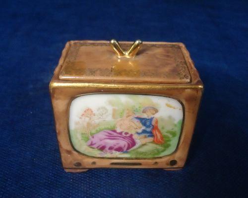 Antigo Potinho Em Porcelana Formato Televisao Cena Galante