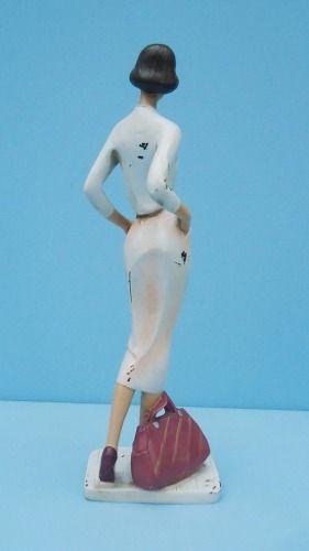 Linda Escultura Em Resina Representando Mulher Com Bolsa