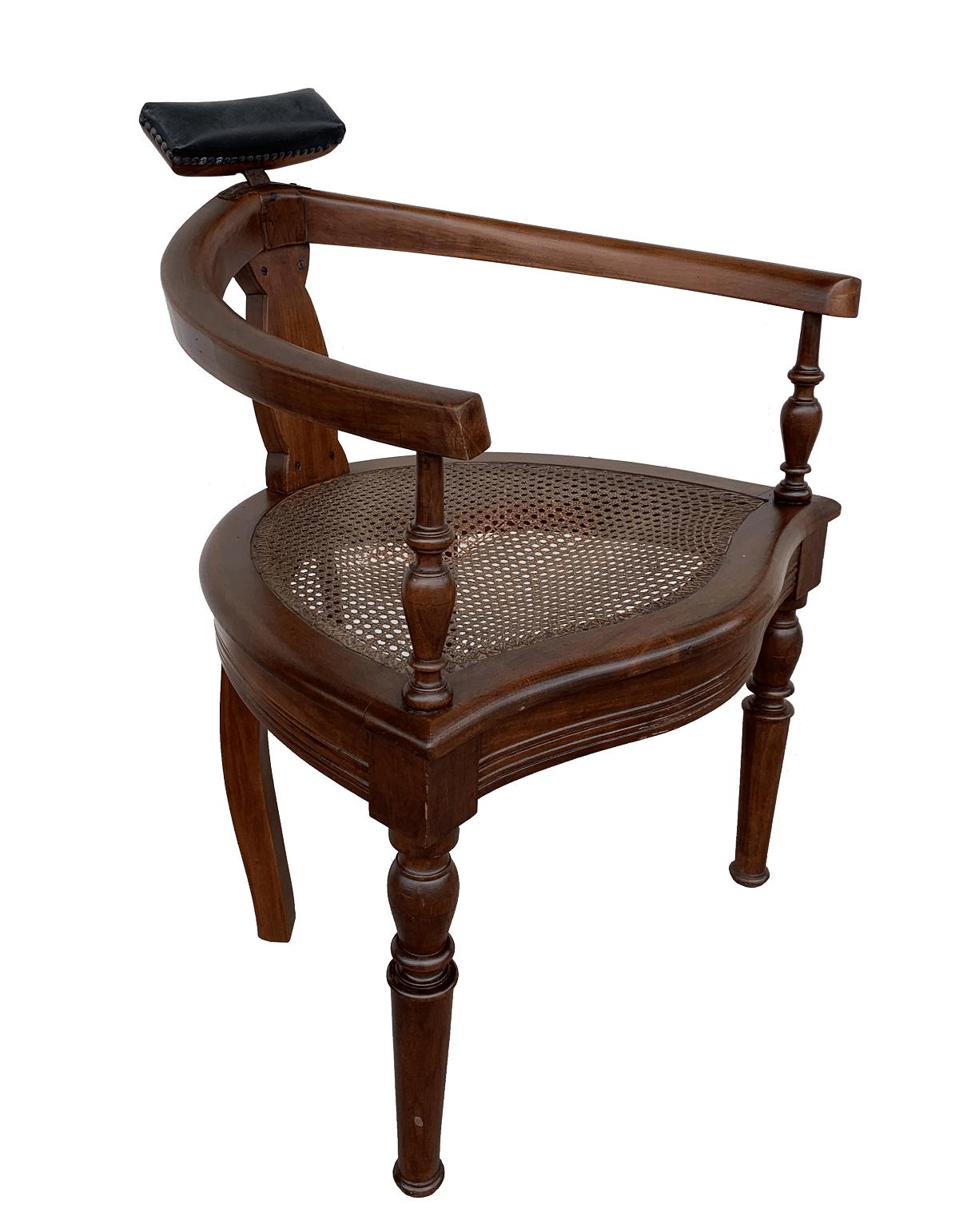 Cadeira De Barbeiro Antiga Em Madeira E Palhinha Indiana