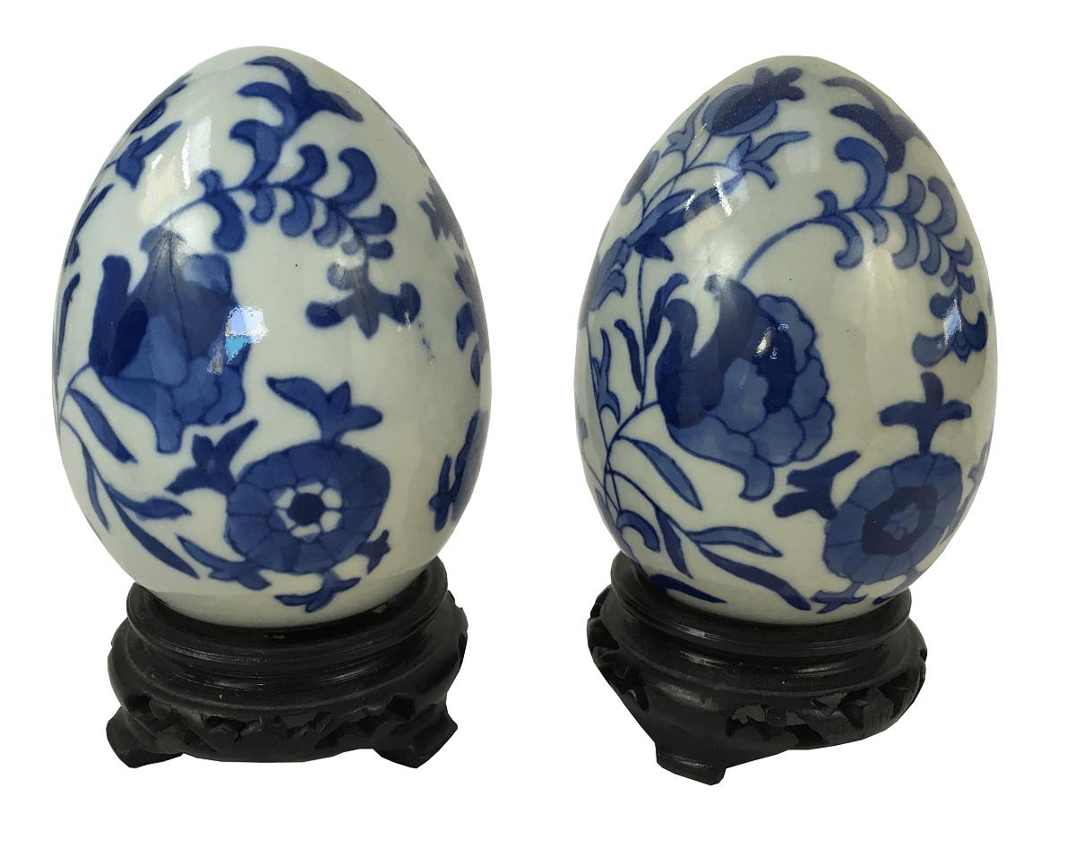 Par De Ovo Decorativo Em Porcelana Com Peanha Em Madeira