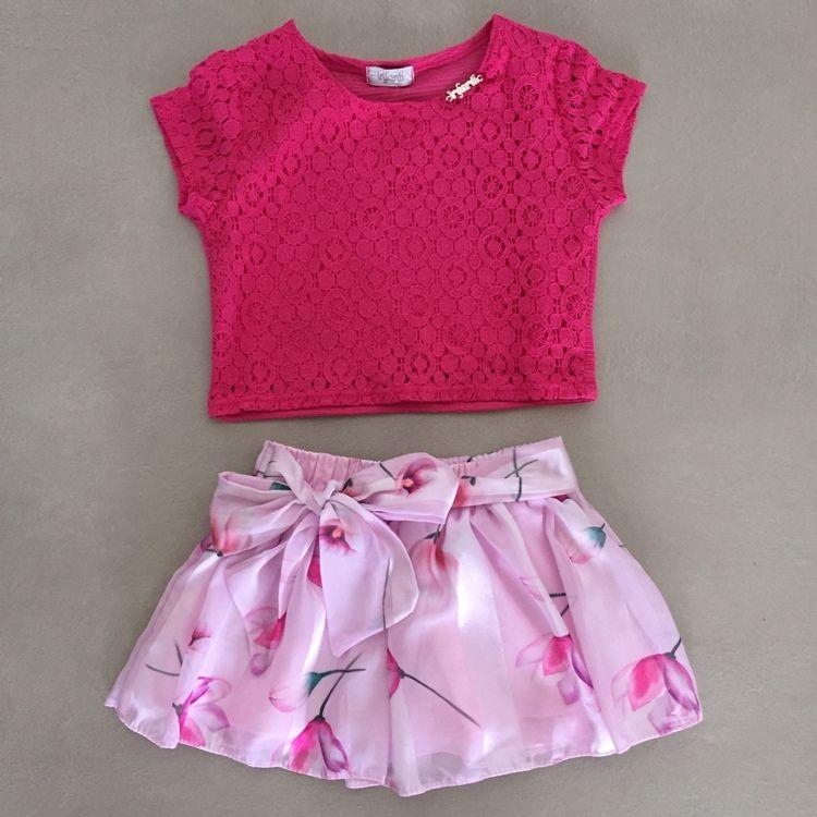 Conjunto Infantil com Blusa Cropped Rendada e Saia