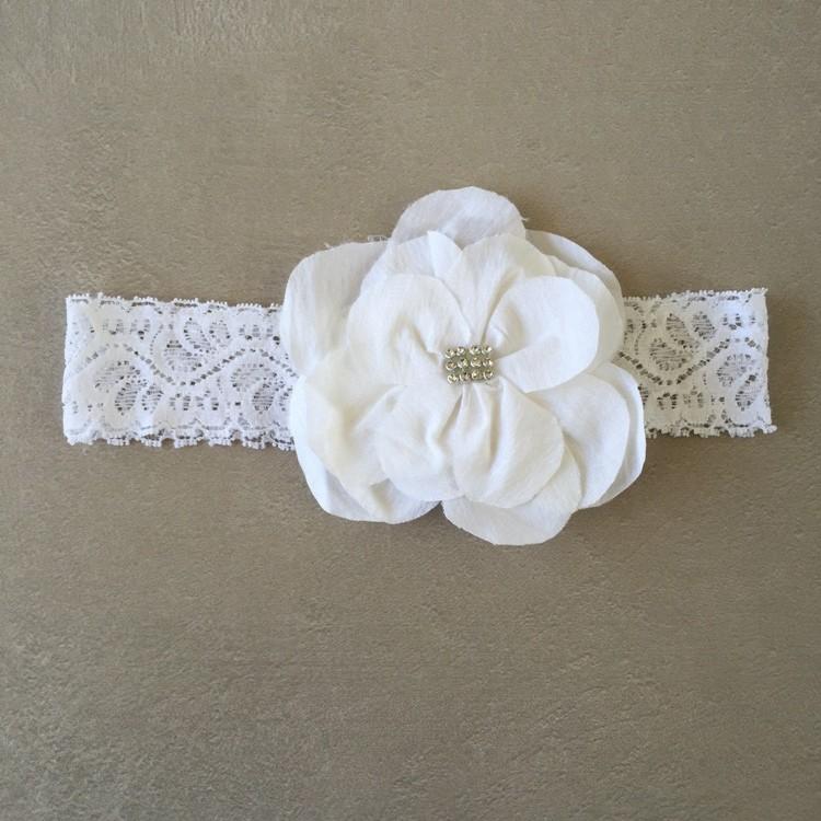 Faixa em Renda Branca com Flor em Organza e Strass