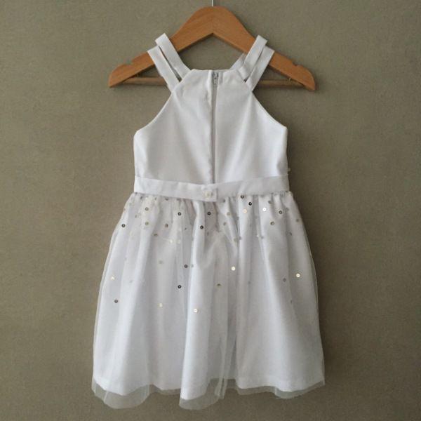 Vestido de Festa Mon Sucré Branco com Sobreposição de Tule e Lantejoulas Douradas