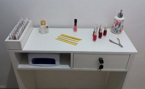 Mesa para Manicure com 1 Gaveta com chave e 1 Compartimento para esmaltes  - Virtude Móveis