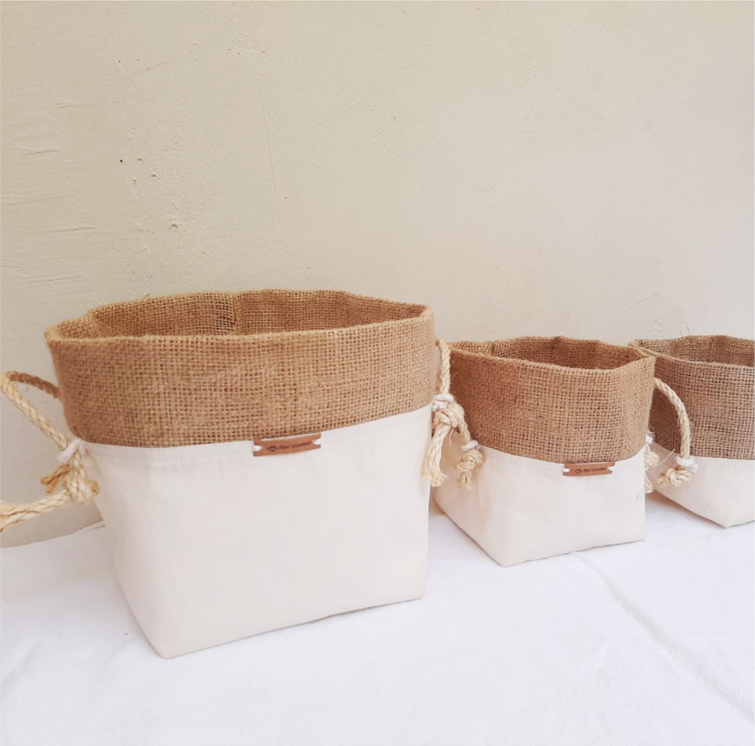 Cachepôs de algodão cru com detalhe de juta e alça de sisal- trio