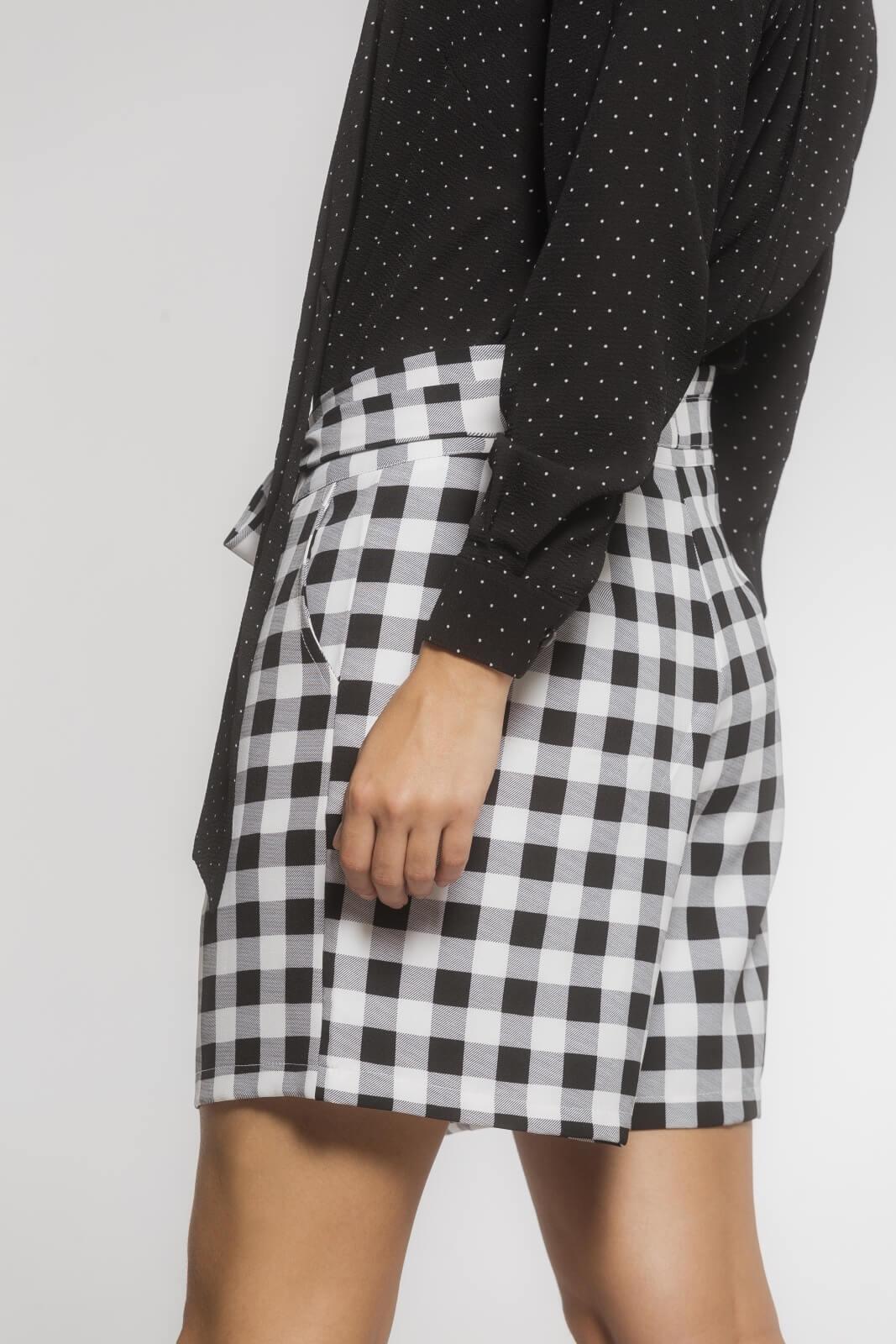 Bermuda Feminina Clochard com Cinto Alfaiataria Quadriculado Preto e Branco