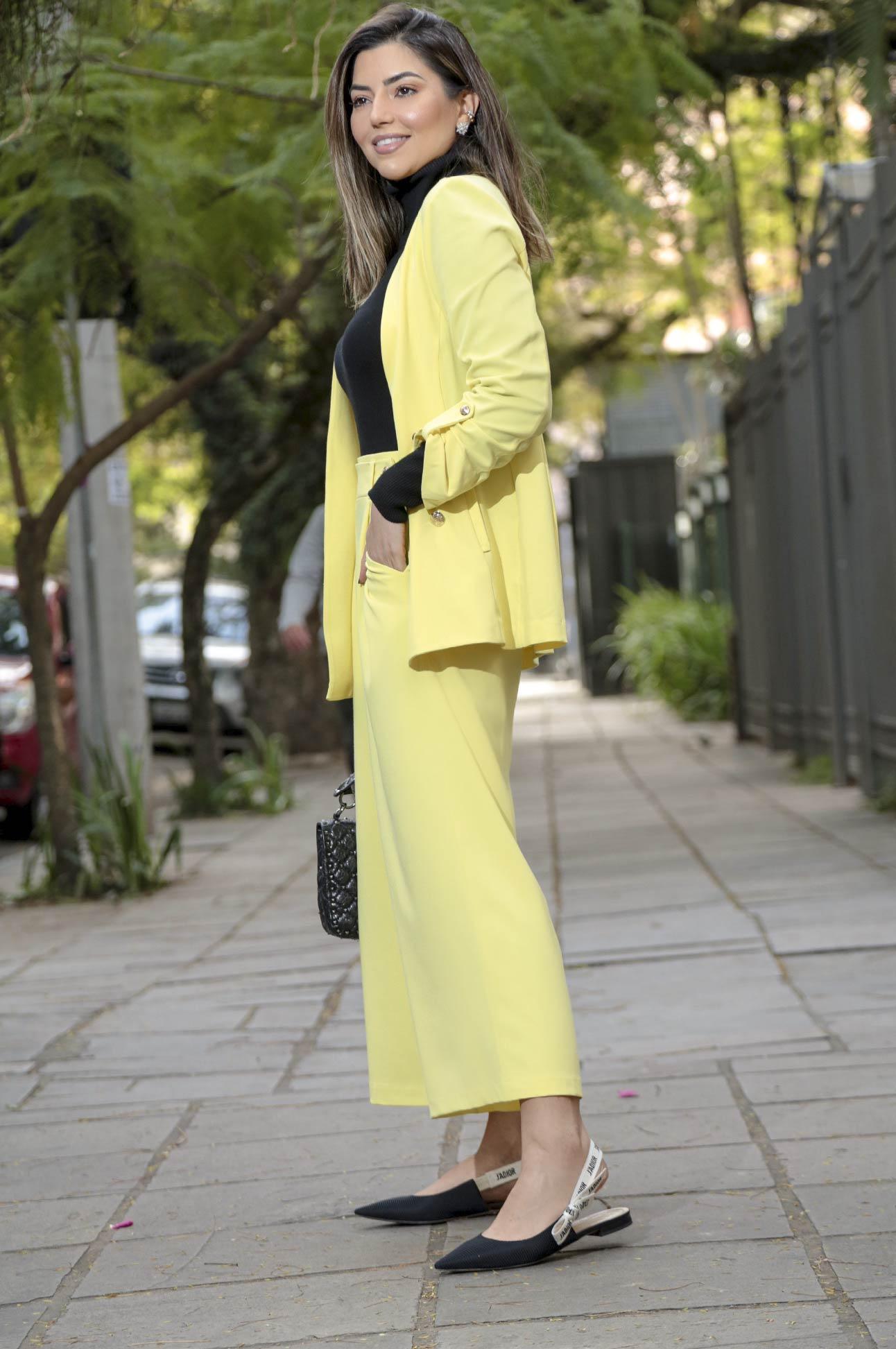 Calça Pantacourt com Botões Alfaiataria Feminina Amarelo