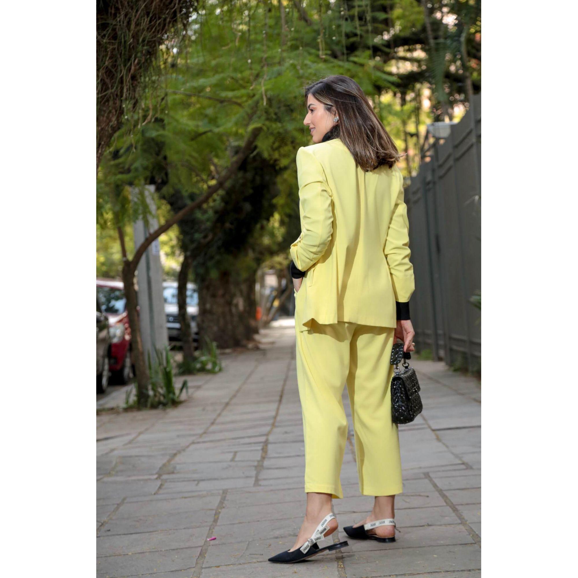 Conjunto Amarelo em Alfaiataria Feminina da Paula Feijó em Milão