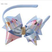 Tiara com laço temático Cupcake, bolo e doces azul bebê