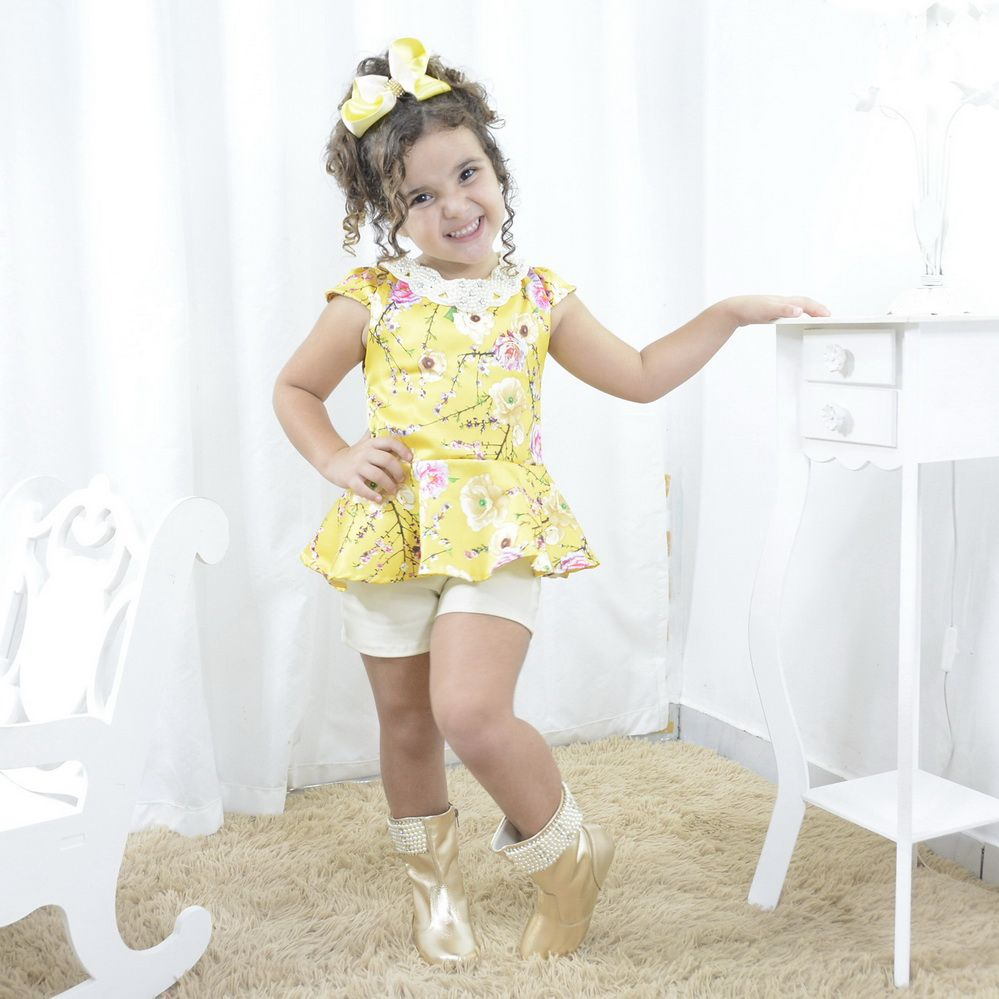 Conjunto infantil short e blusinha com bordado em pérolas e strass