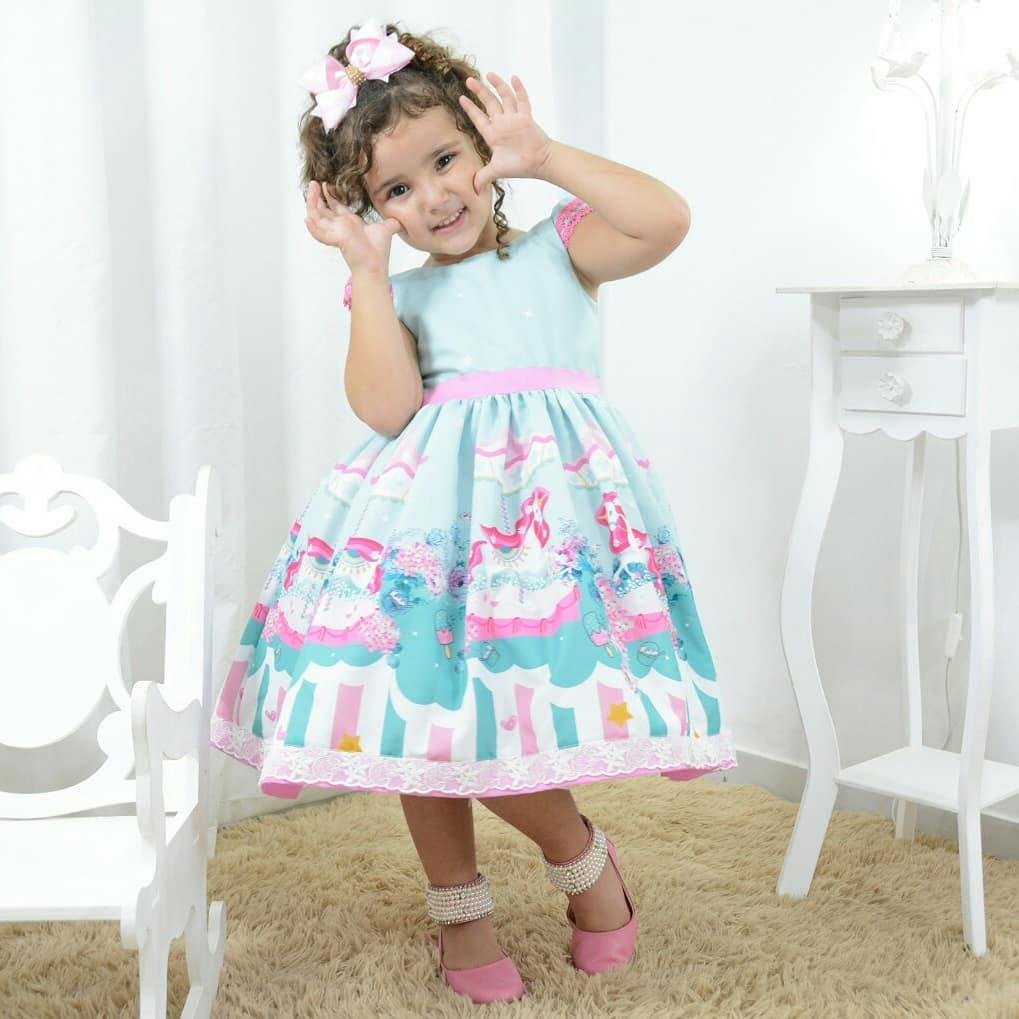 Vestido infantil tema carrossel com unicórnio, sorvetes
