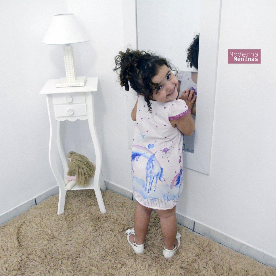 Vestido festa infantil estampa de unicórnios – tubinho trapézio