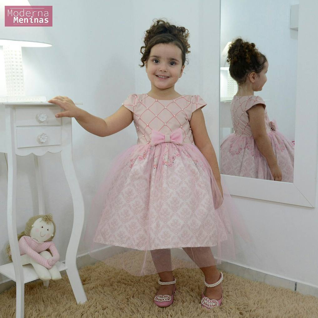 Vestido festa infantil floral com tule rosa sobre a saia