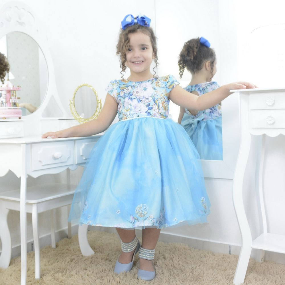 Vestido festa infantil floral e tule azul sobre a saia