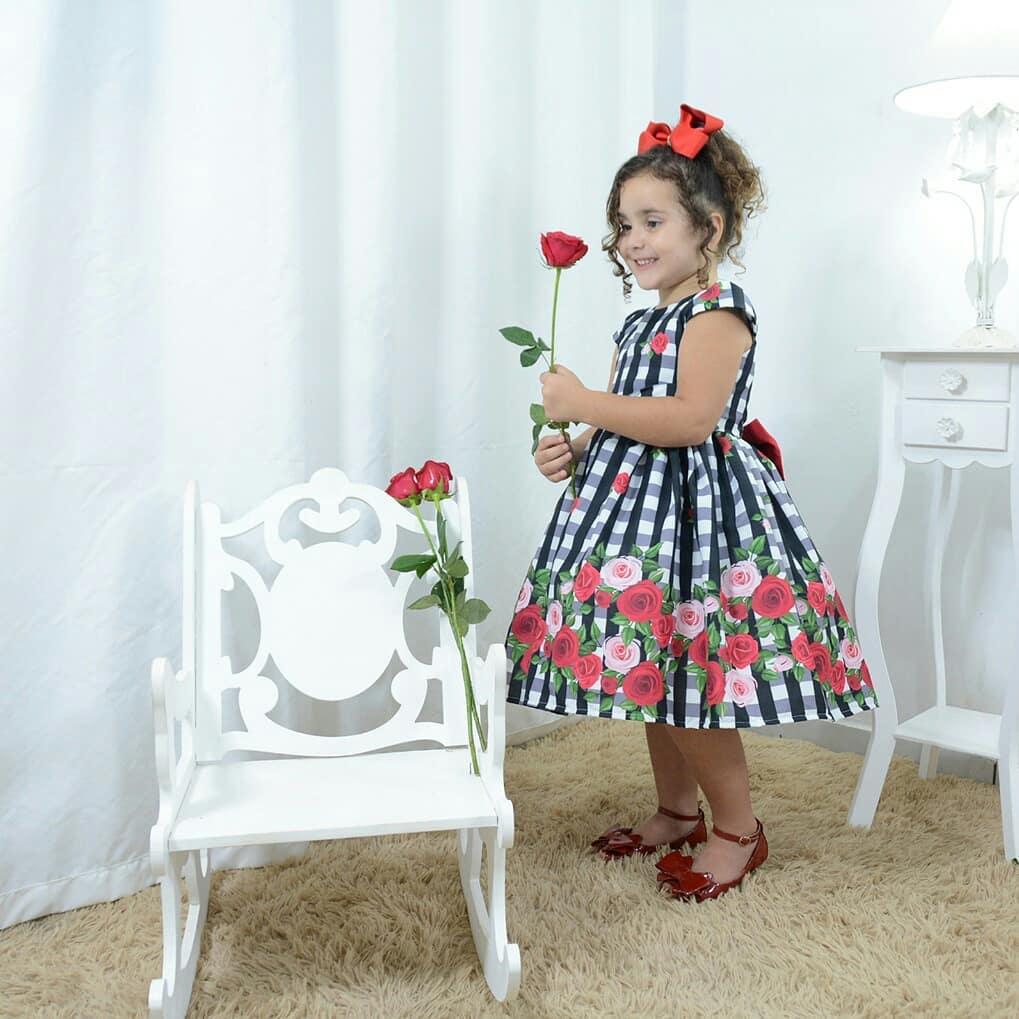 Vestido festa infantil xadrez floral com rosas vermelhas