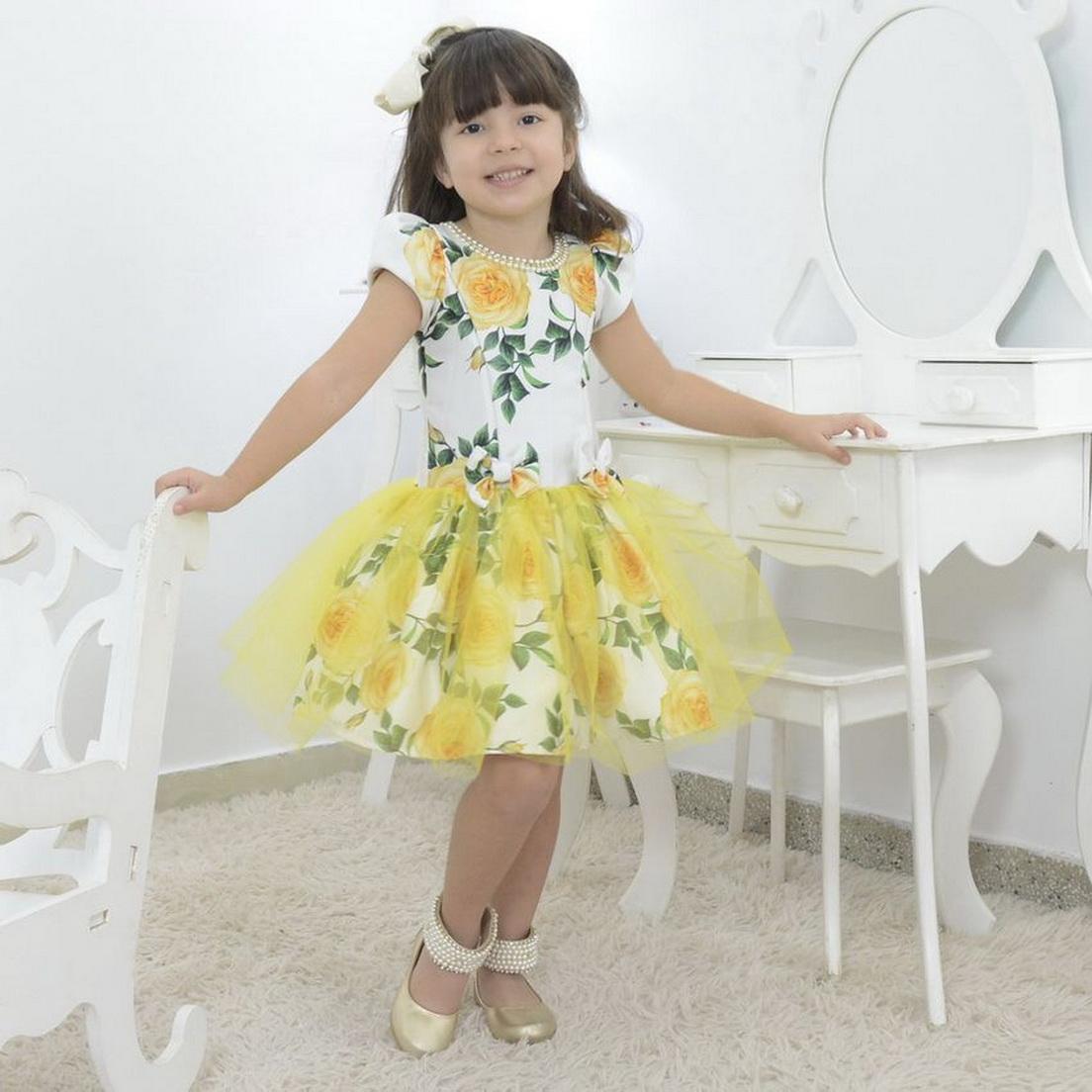 Vestido Floral infantil amarelo com tule sobre a saia