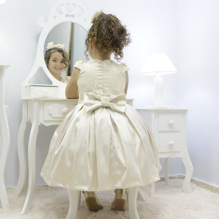 Vestido infantil bege off com tule francês e bordado floral