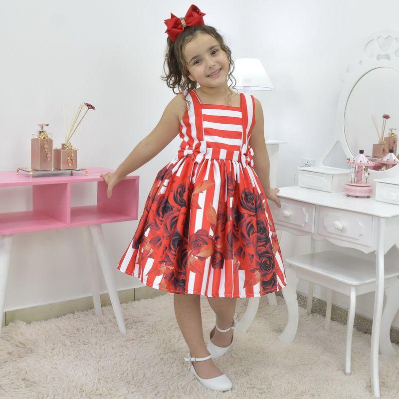 Vestido infantil com listras brancas e flores vermelhas