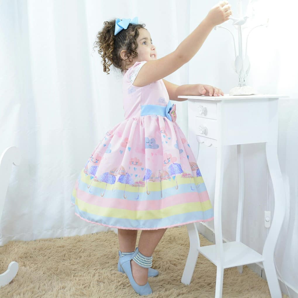 Vestido infantil chuva de amor e bençãos com guarda-chuvas