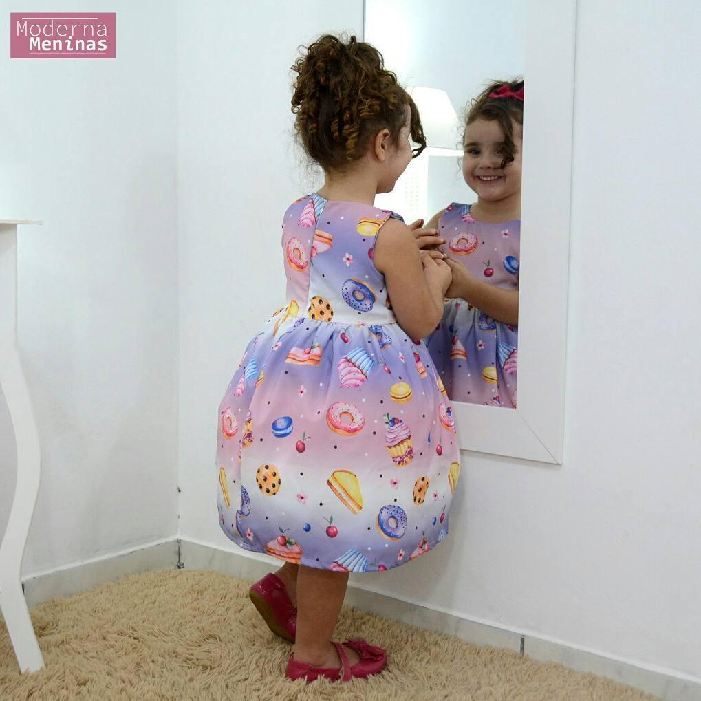 Vestido infantil lilás com estampa de cupcake e bolos