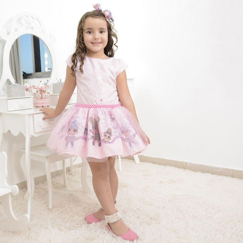 Vestido infantil tema LOL Surprise com tule rosa sobre a saia