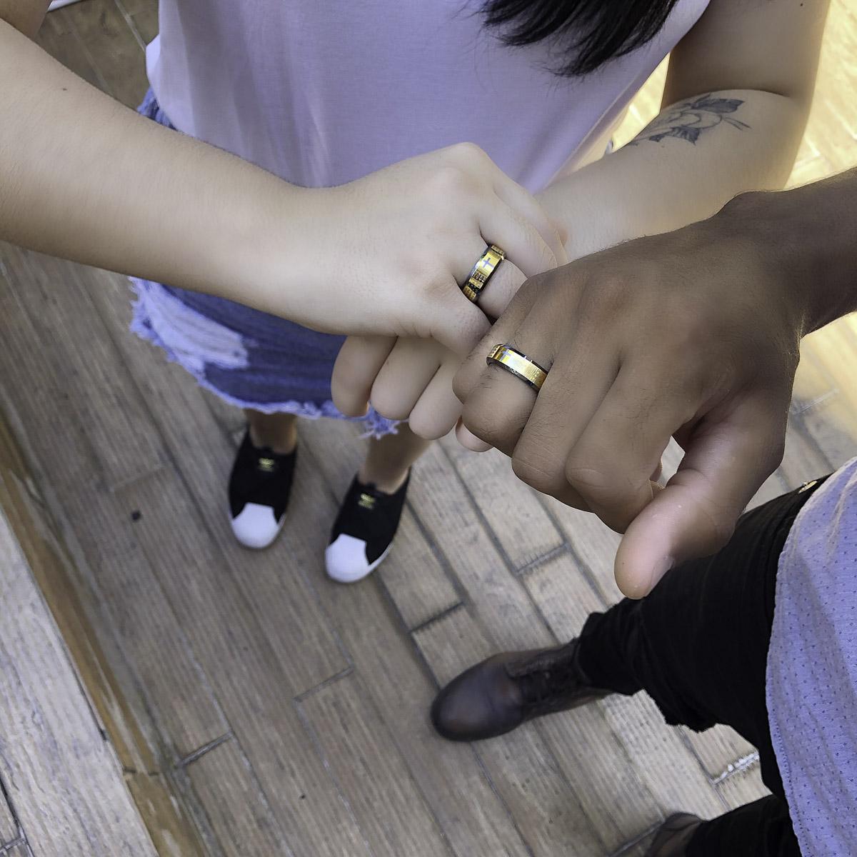 Aliança / anel tungstênio Cruz e oração Gold resistente