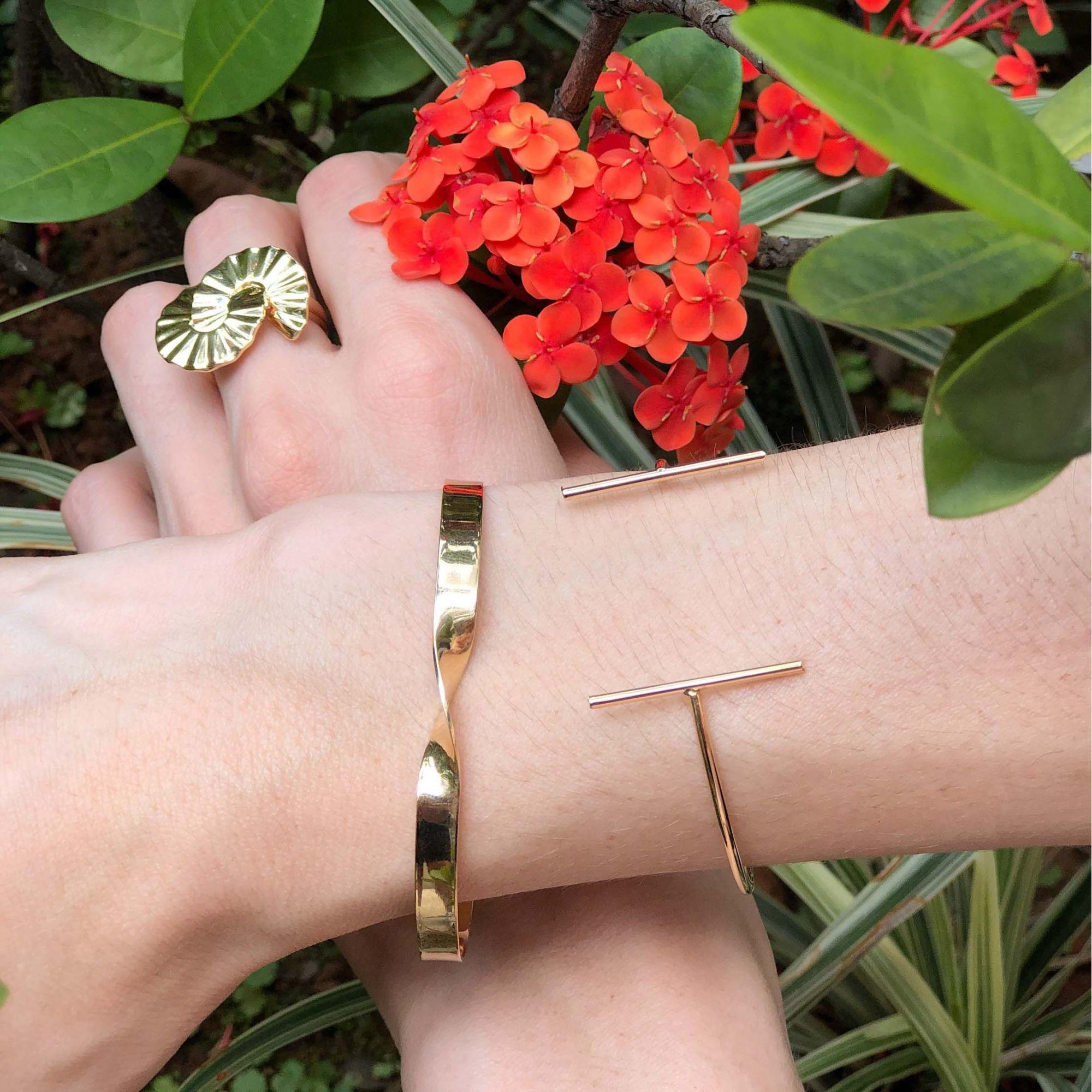 Bracelete folheado semijoia e regulável Chapa torcida
