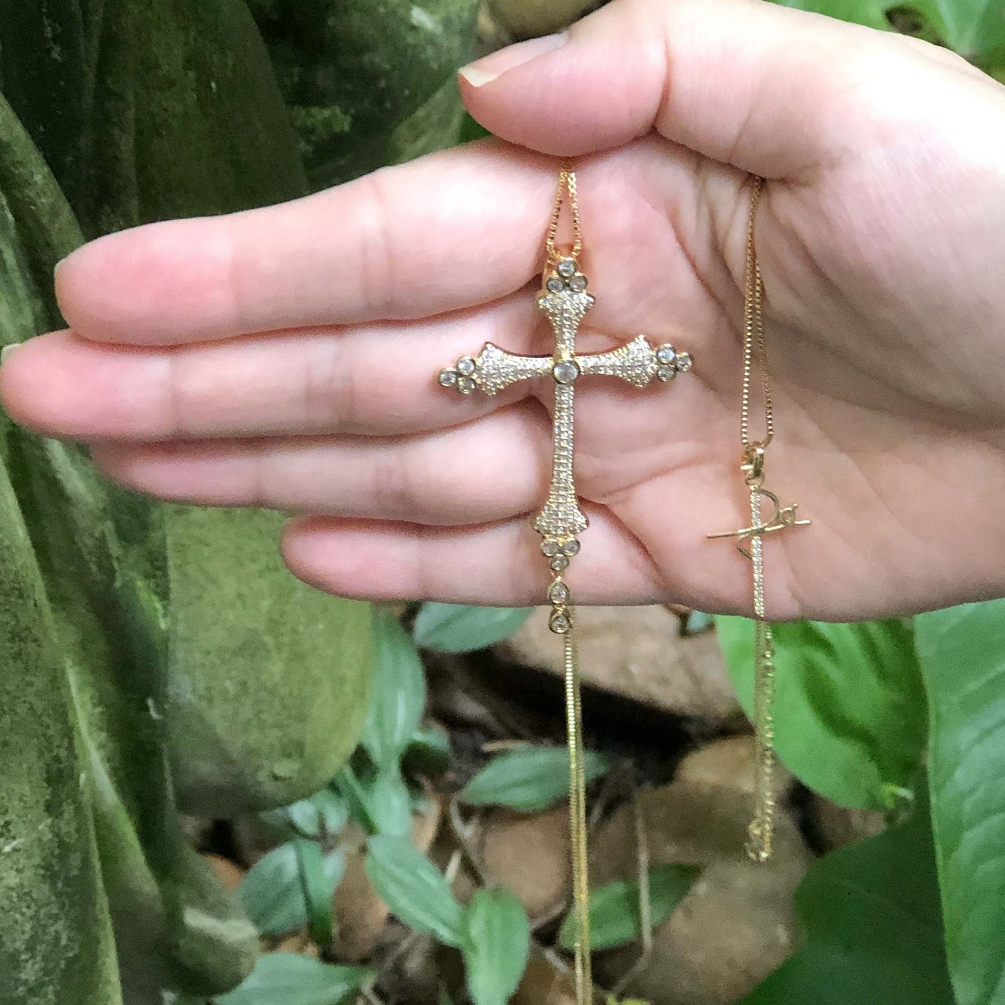 Colar semijoia Crucifixo moderno cravejado e folheado