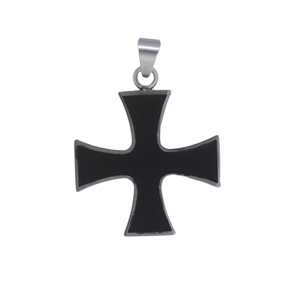 Pingente de aço inox Cruz de Malta com resina negra.