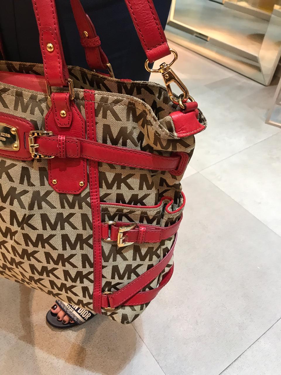 Bolsa Michael Kors Monograma com Alças Vermelhas.