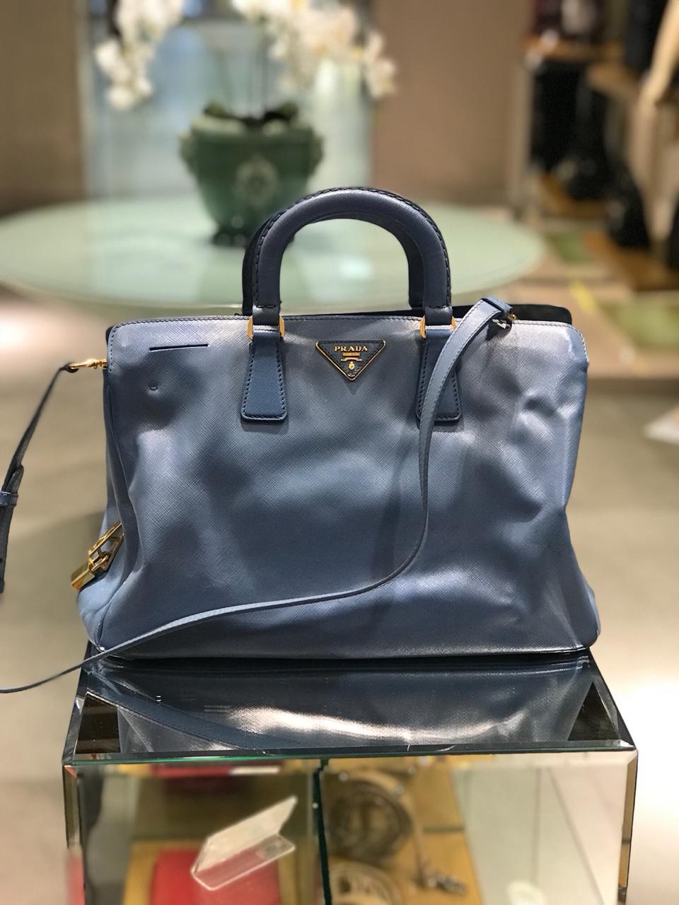 64aeb5057 Bolsa Prada Saffiano Azul - Paula Frank   Bolsas de luxo originais ...
