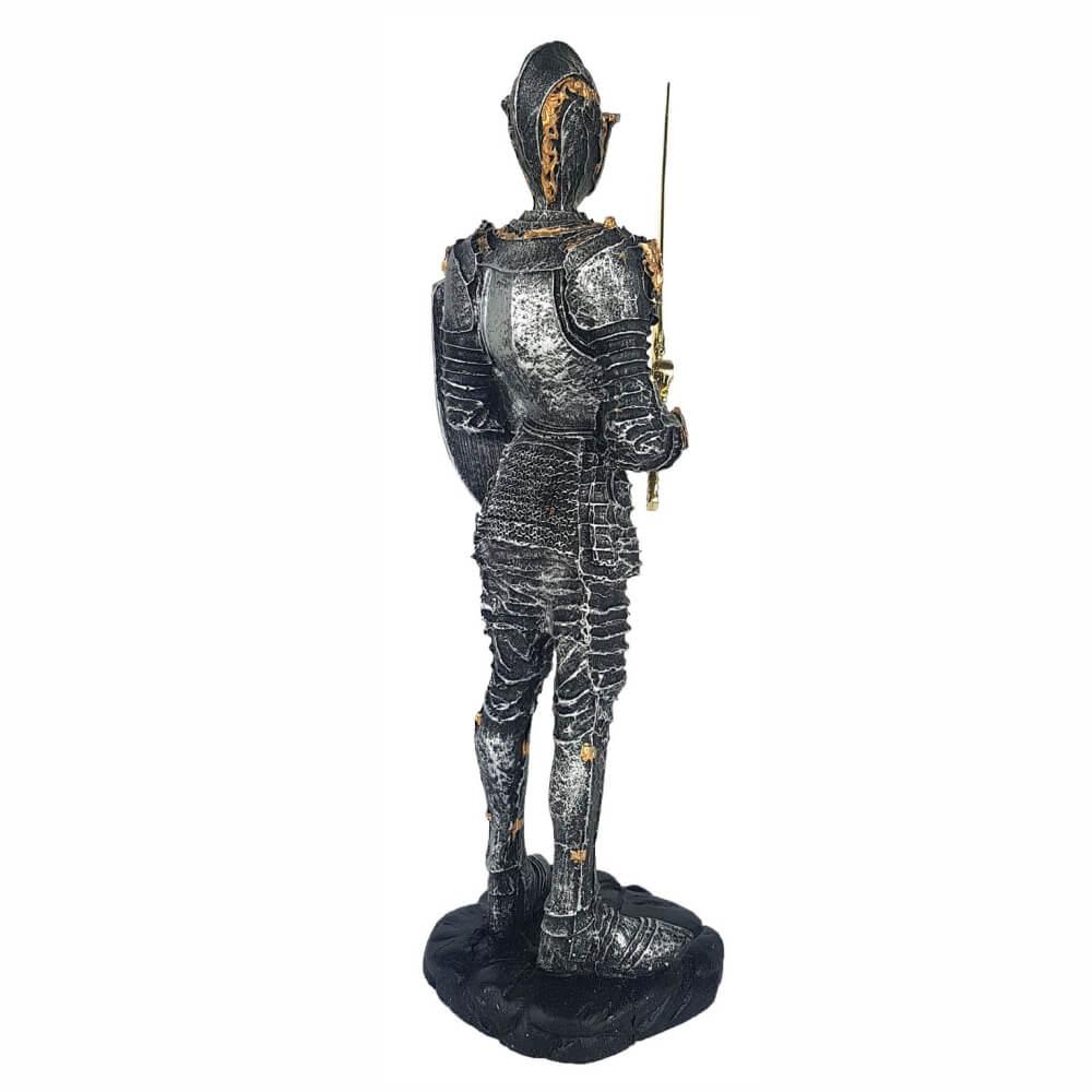 Escultura Soldado medieval pequeno com escudo e espada.