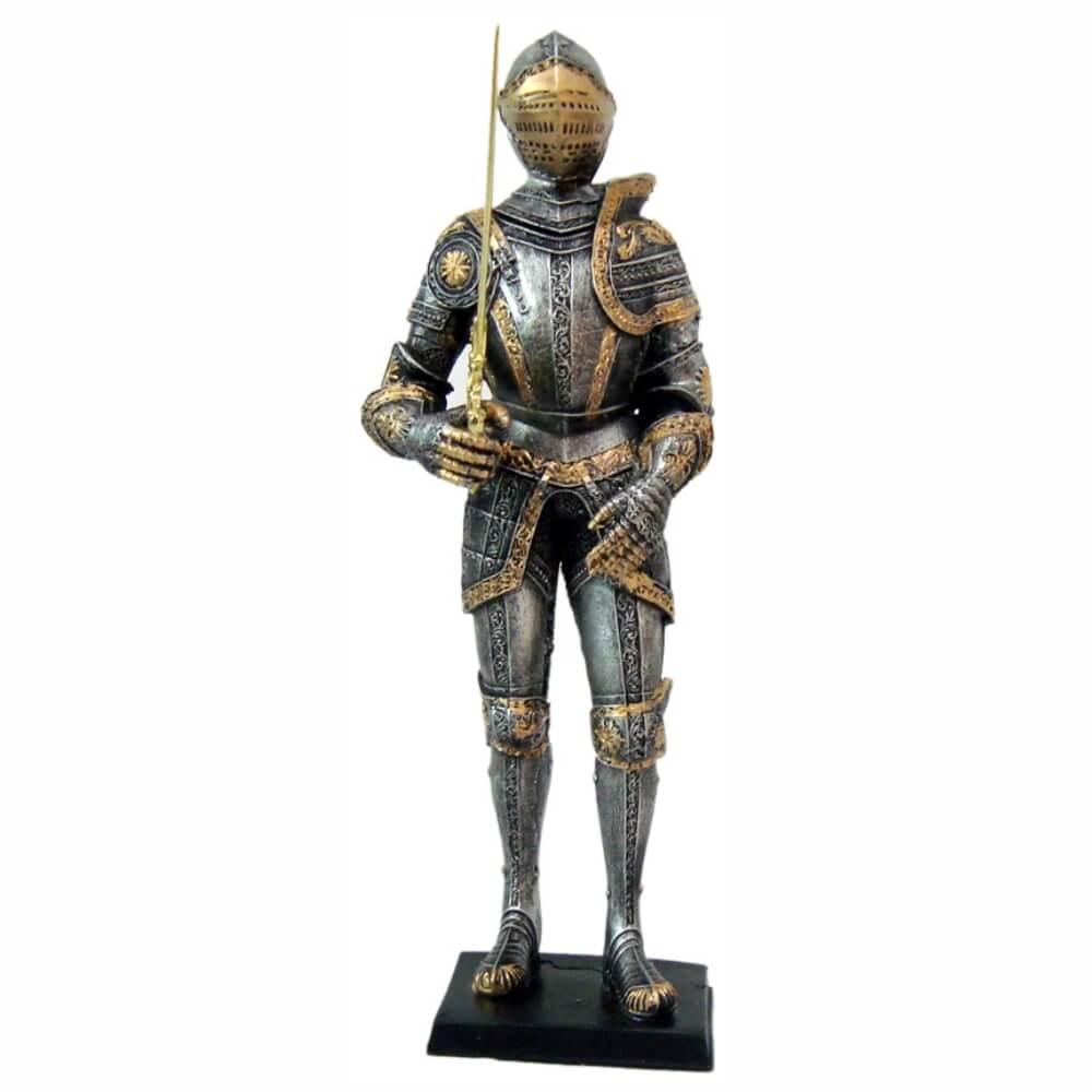 Estátua guerreiro medieval grande com espada .