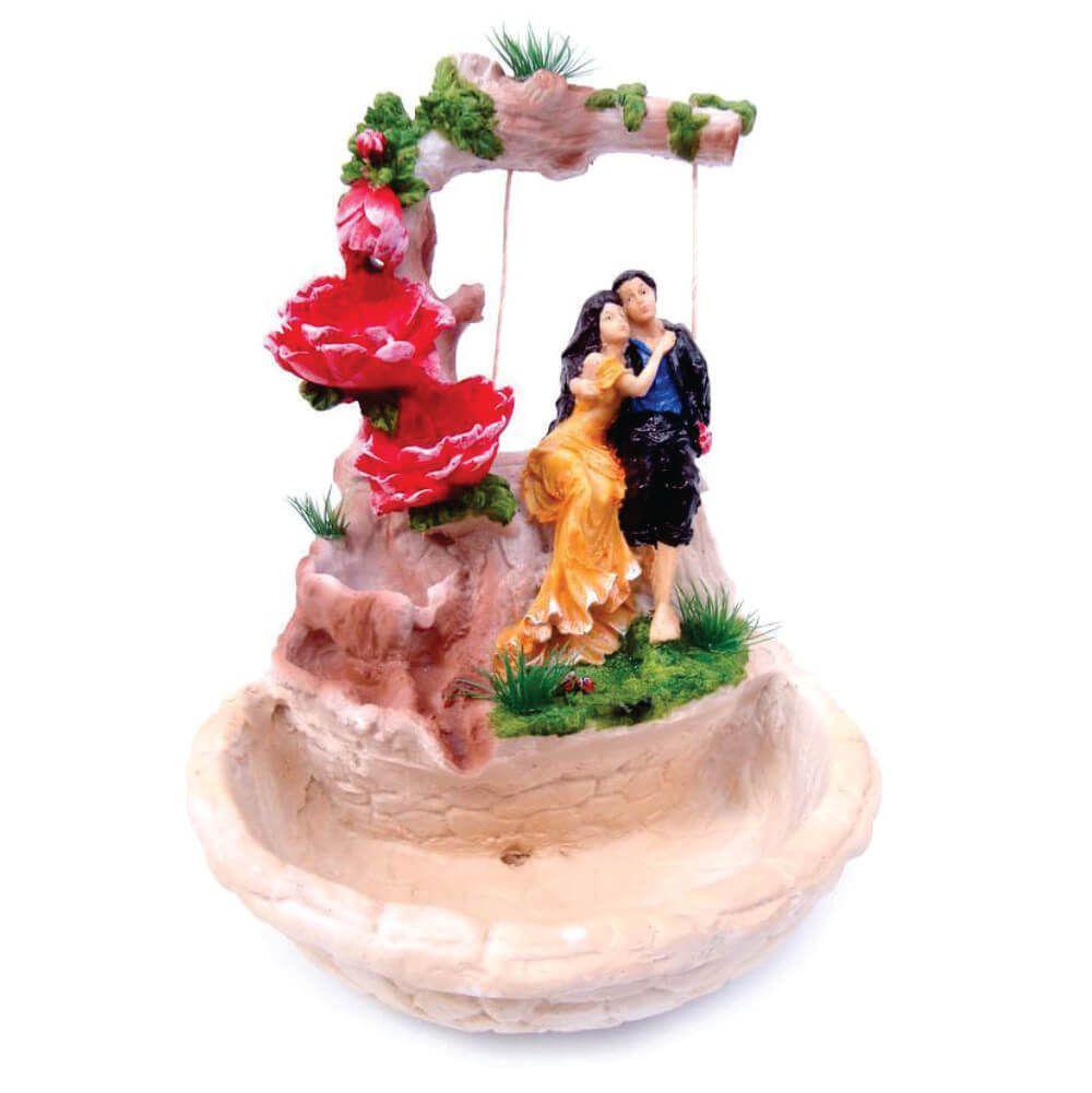 Fonte de água casal de Namorados no balanço grande
