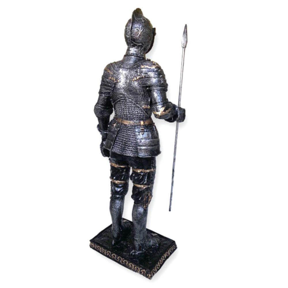 Soldado medieval grande com lança e capacete móvel Guerreiro.